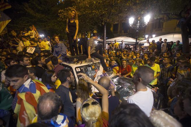 jeeps de la guardia civil abollados por nacionalistas catalanes